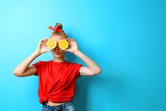 Mujer hermosa joven con las naranjas en fondo Fotografía de archivo