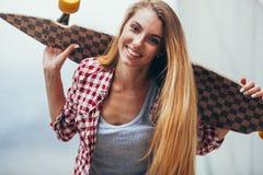 Mujer hermosa joven con longboard Imágenes de archivo libres de regalías