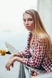 Mujer hermosa joven con longboard Foto de archivo