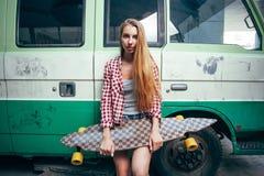 Mujer hermosa joven con longboard Fotografía de archivo libre de regalías