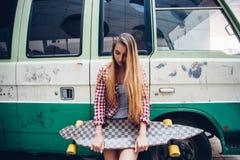 Mujer hermosa joven con longboard Imagen de archivo libre de regalías