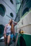 Mujer hermosa joven con longboard Fotos de archivo libres de regalías