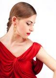 Mujer hermosa joven con los labios rojos en alineada roja Imagen de archivo libre de regalías
