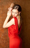 Mujer hermosa joven con los labios rojos en alineada roja imágenes de archivo libres de regalías