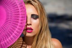 Mujer hermosa joven con los ojos del smokey y los labios rosados Fotos de archivo