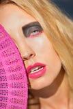Mujer hermosa joven con los ojos del smokey y los labios rosados Fotografía de archivo libre de regalías