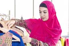 Mujer hermosa joven con los panieres que goza en compras imagen de archivo libre de regalías