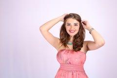 Mujer hermosa joven con los pechos grandes y el pelo sano Foto de archivo