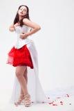 Mujer hermosa joven con los pétalos de rosas Foto de archivo