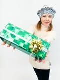 Mujer hermosa joven con los regalos Fotografía de archivo libre de regalías