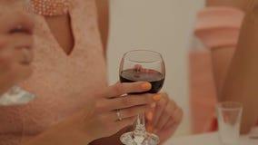 Mujer hermosa joven con los vidrios de vino tinto metrajes