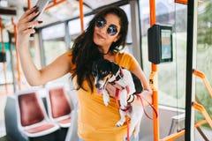 Mujer hermosa joven con su forma de vida de la ciudad del perro foto de archivo