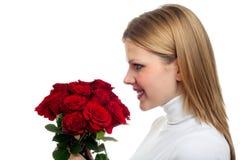 Mujer hermosa joven con un manojo de rosas Foto de archivo