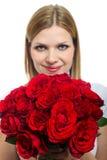 Mujer hermosa joven con un manojo de rosas Fotografía de archivo