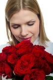 Mujer hermosa joven con un manojo de rosas Fotos de archivo libres de regalías