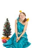Mujer hermosa joven con un regalo de la Navidad. Imagen de archivo