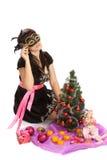 Mujer hermosa joven con un regalo de la Navidad. Fotos de archivo