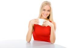 Mujer hermosa joven con un té de la taza fotografía de archivo