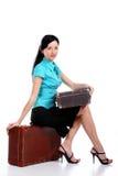 Mujer hermosa joven con una maleta vieja Imagen de archivo