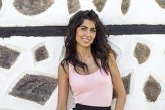 Mujer hermosa joven contra la pared de piedra vieja, tiro al aire libre Imagenes de archivo