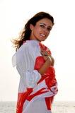 Mujer hermosa joven cubierta con la bufanda Fotografía de archivo libre de regalías