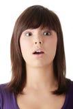 Mujer hermosa joven dada una sacudida eléctrica Imagenes de archivo