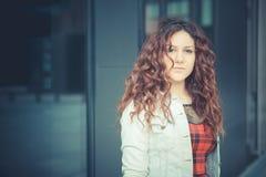 Mujer hermosa joven del inconformista con el pelo rizado rojo Fotos de archivo