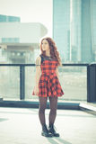 Mujer hermosa joven del inconformista con el pelo rizado rojo Foto de archivo