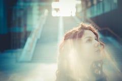Mujer hermosa joven del inconformista con el pelo rizado rojo Fotos de archivo libres de regalías