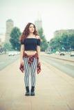 Mujer hermosa joven del inconformista con el pelo rizado rojo Imagenes de archivo