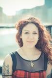 Mujer hermosa joven del inconformista con el pelo rizado rojo imágenes de archivo libres de regalías