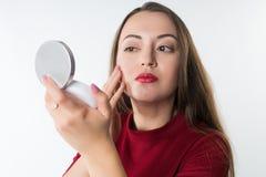 Mujer hermosa joven del inconformista que hace maquillaje Imagenes de archivo