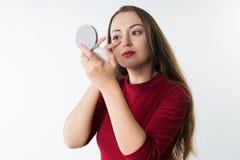 Mujer hermosa joven del inconformista que hace maquillaje Fotografía de archivo libre de regalías