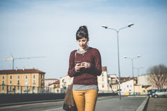 Mujer hermosa joven del inconformista que usa el teléfono elegante Imagen de archivo libre de regalías