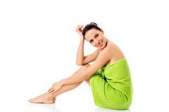 Mujer hermosa joven después del retrato lleno del baño aislado sobre blanco Fotos de archivo