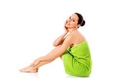 Mujer hermosa joven después del retrato lleno del baño aislado sobre blanco Foto de archivo