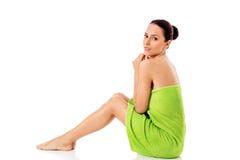 Mujer hermosa joven después del retrato lleno del baño aislado sobre blanco Foto de archivo libre de regalías