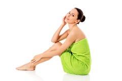 Mujer hermosa joven después del retrato lleno del baño aislado sobre blanco Fotografía de archivo libre de regalías