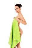 Mujer hermosa joven después del retrato lleno del baño aislado sobre blanco Imagen de archivo libre de regalías