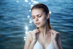 Mujer hermosa joven el vacaciones en el mar, océano, agua, verano Imagen de archivo