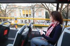 Mujer hermosa joven en autobús turístico cerca de Prado Imagen de archivo libre de regalías
