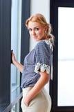 Mujer hermosa joven en blusa rayada Fotos de archivo libres de regalías