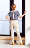 Mujer hermosa joven en blusa rayada Imagenes de archivo