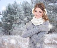 Mujer hermosa joven en bosque del invierno Imagen de archivo