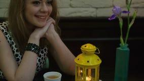 Mujer hermosa joven en café almacen de metraje de vídeo