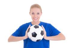 Mujer hermosa joven en camisa azul con el balón de fútbol Foto de archivo
