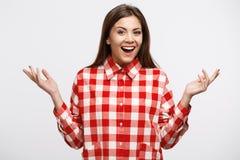 Mujer hermosa joven en camisa roja y blanca del control Fotos de archivo libres de regalías