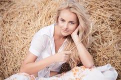 Mujer hermosa joven en campo Imagen de archivo libre de regalías