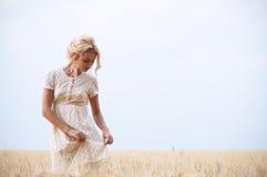 Mujer hermosa joven en campo Imagen de archivo