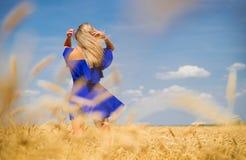 Mujer hermosa joven en campo de trigo imagen de archivo
